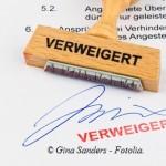 Holzstempel auf Dokument: Verweigert